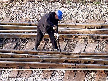 This rail worker faces many dangers every day. If you have been injured while working for a railroad company, call a Deer Park FELA attorney now.